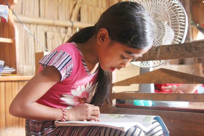 Bố mẹ bỏ rơi, 3 bé gái đi bán vé số mỗi ngày với ước mơ được tiếp tục đến trường - Ảnh 10.