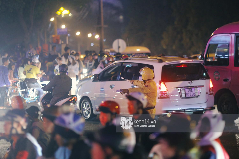Cảnh tượng đông đến nghẹt thở ở trung tâm Đà Lạt chiều tối mùng 5 Tết - Ảnh 7.