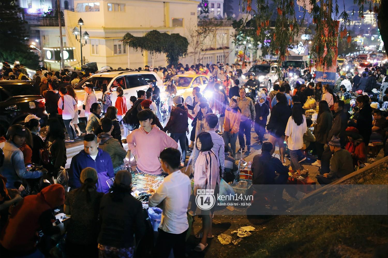 Cảnh tượng đông đến nghẹt thở ở trung tâm Đà Lạt chiều tối mùng 5 Tết - Ảnh 12.