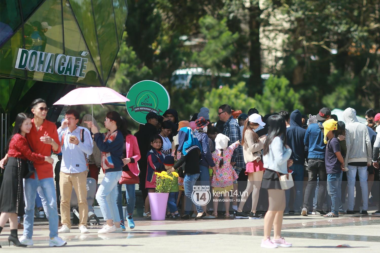 Cảnh tượng đông đến nghẹt thở ở trung tâm Đà Lạt chiều tối mùng 5 Tết - Ảnh 2.