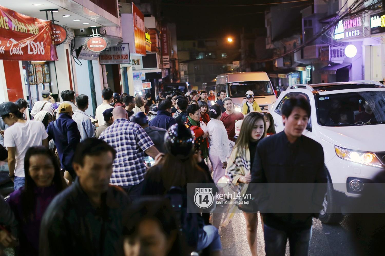 Cảnh tượng đông đến nghẹt thở ở trung tâm Đà Lạt chiều tối mùng 5 Tết - Ảnh 8.