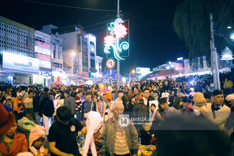 Cảnh tượng đông đến nghẹt thở ở trung tâm Đà Lạt chiều tối mùng 5 Tết - Ảnh 10.