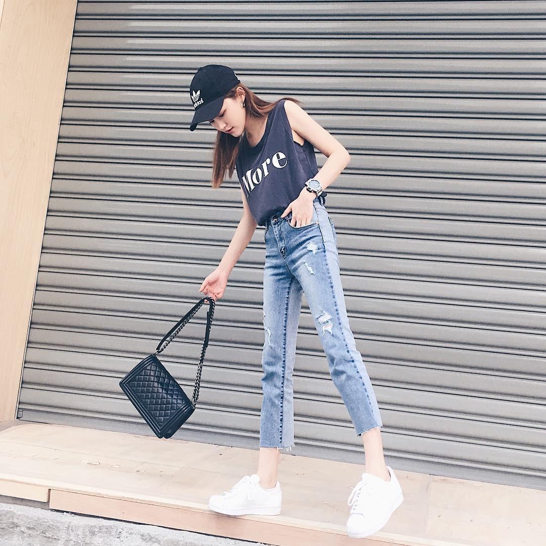 Nếu bạn chỉ thích đi giày bệt, hãy sắm ngay kiểu quần jeans này để chân trông luôn thon dài thanh thoát mà chẳng cần đến app kéo chân - Ảnh 1.