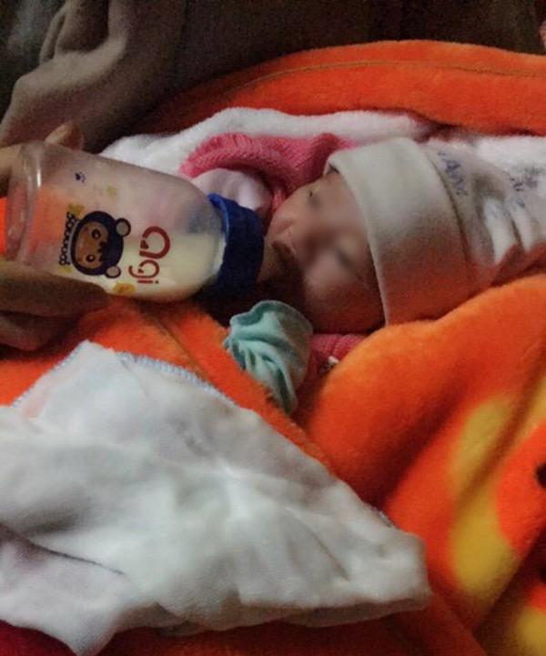 Ninh Bình: Bé gái sơ sinh 2kg bị bỏ rơi trước cổng chùa cùng mẩu giấy ghi lời nhắn của mẹ 1