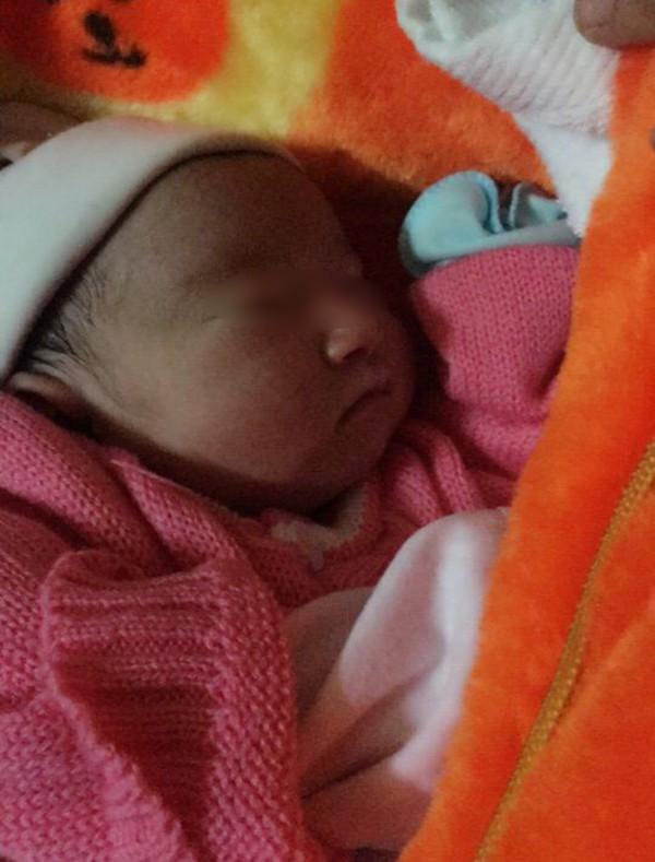 Ninh Bình: Bé gái sơ sinh 2kg bị bỏ rơi trước cổng chùa cùng mẩu giấy ghi lời nhắn của mẹ 2