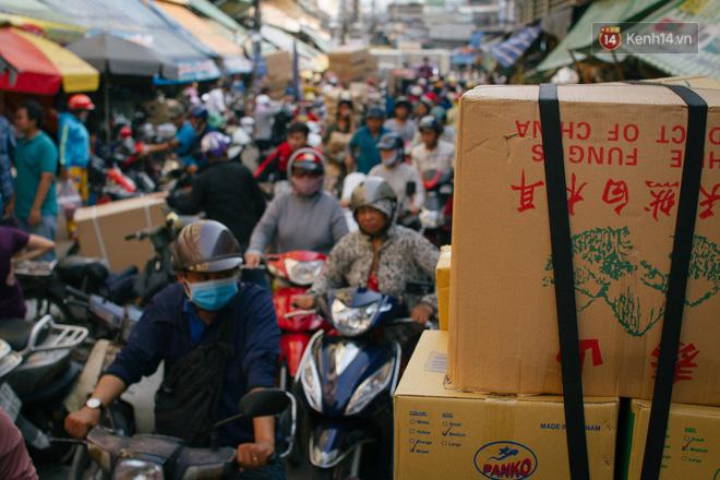 Chợ Lớn đóng cửa trùng tu, tiểu thương vật vã ở chợ tạm dưới cái nóng như chảo lửa ở Sài Gòn - Ảnh 6.