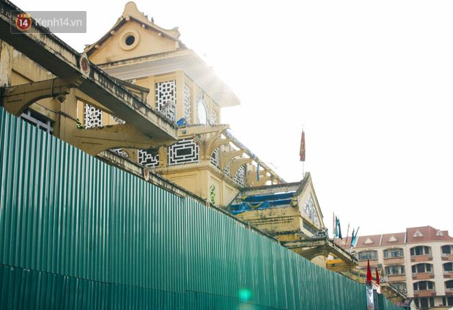 Chợ Lớn đóng cửa trùng tu, tiểu thương vật vã ở chợ tạm dưới cái nóng như chảo lửa ở Sài Gòn - Ảnh 1.