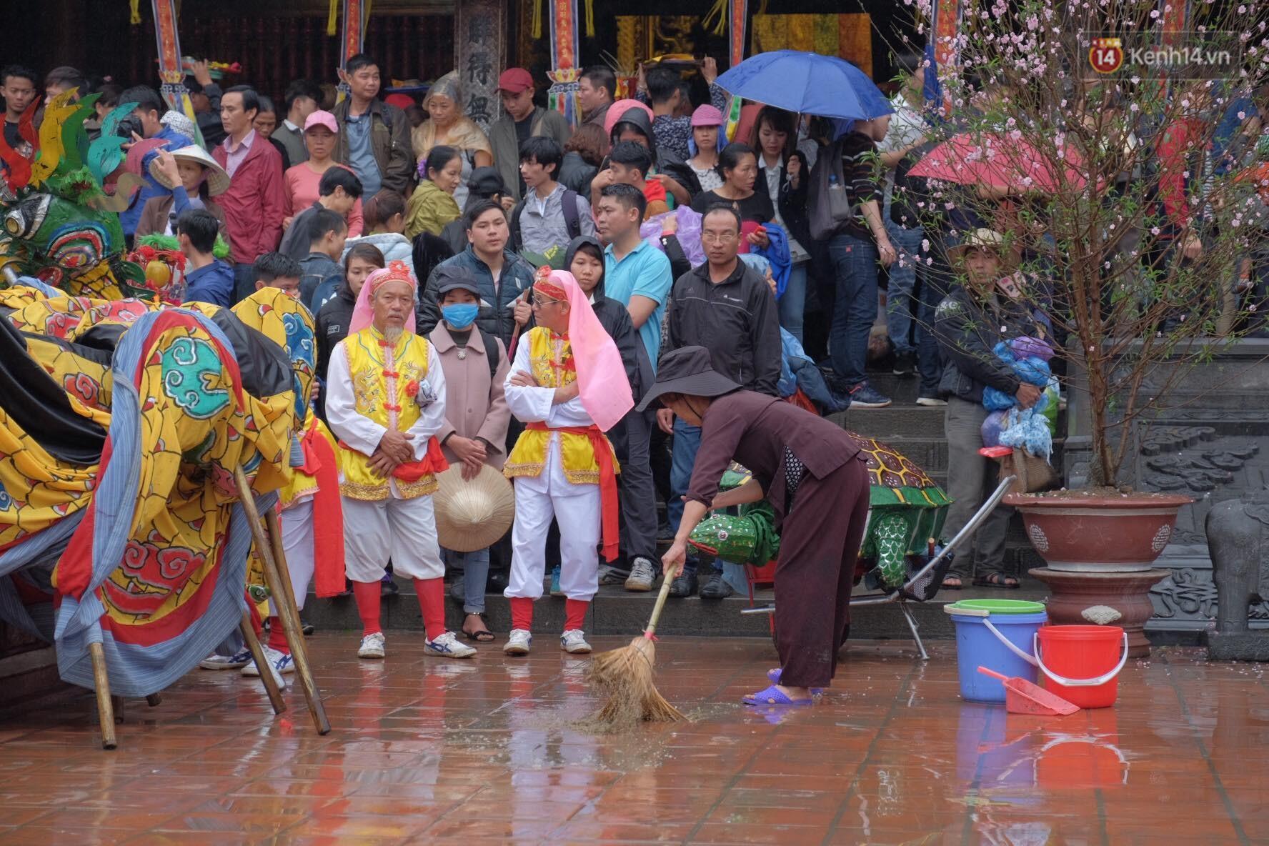 Người dân chen chân hứng nước thánh ở động Hương Tích trong ngày khai hội chùa Hương - Ảnh 5.