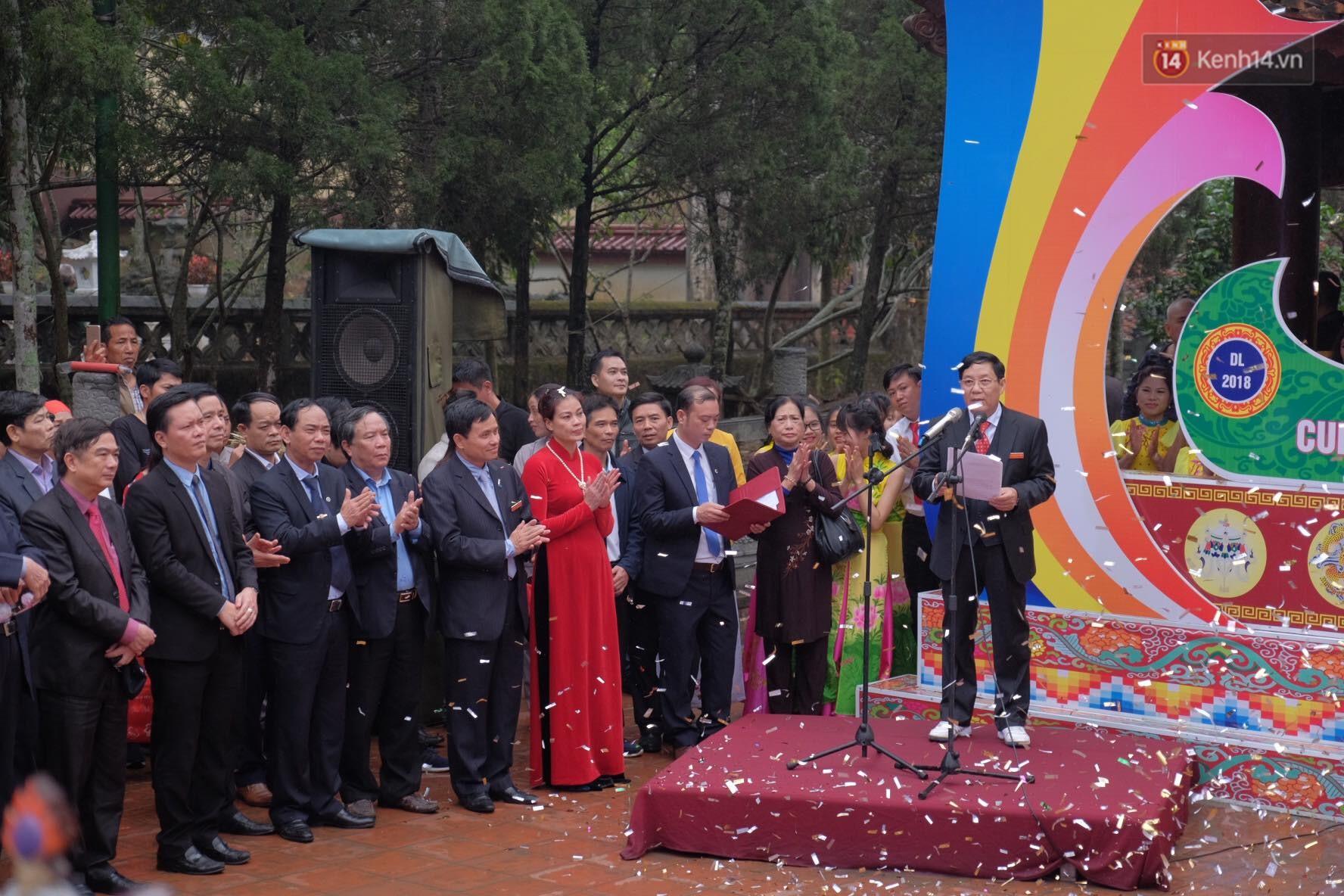 Người dân chen chân hứng nước thánh ở động Hương Tích trong ngày khai hội chùa Hương - Ảnh 9.