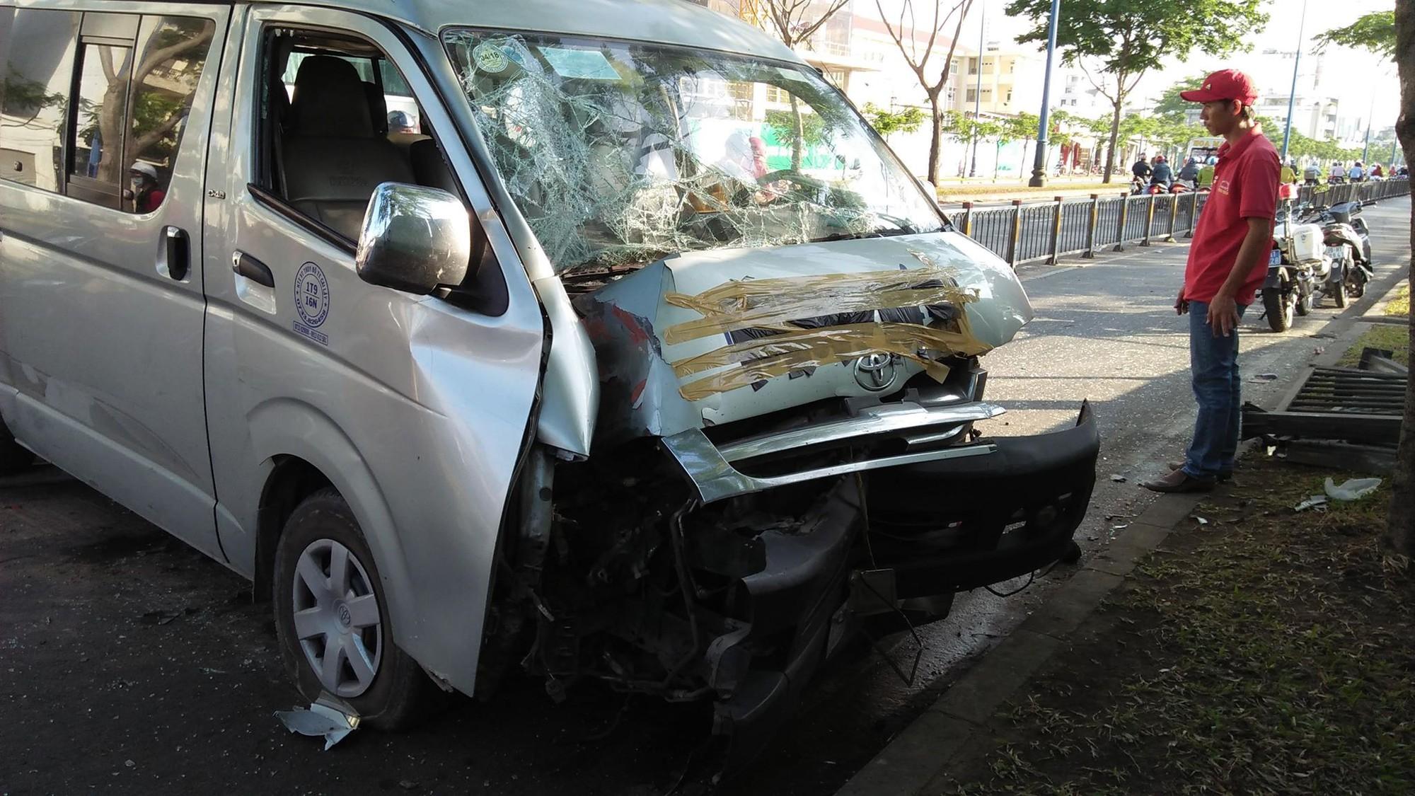 Xe khách nổ lốp trên phố Sài Gòn, nhiều người thoát chết trong gang tấc - Ảnh 2.