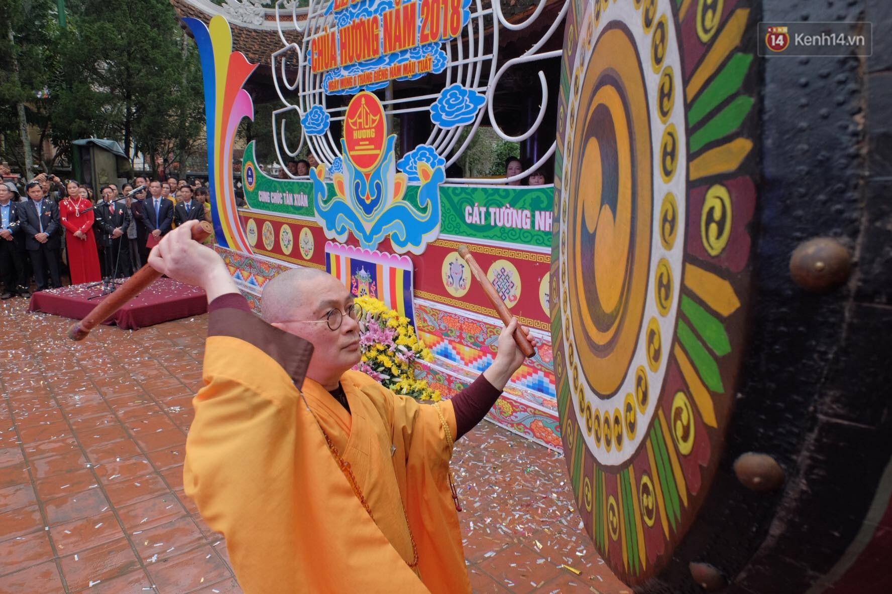 Người dân chen chân hứng nước thánh ở động Hương Tích trong ngày khai hội chùa Hương - Ảnh 7.