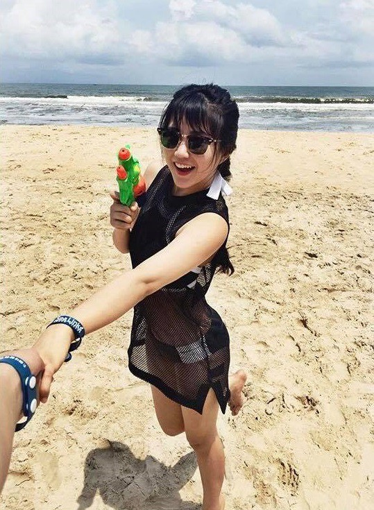 Hot girl Kiều Trinh khoe khéo đôi chân nuột nà và vòng eo thon gọn bên bãi biển