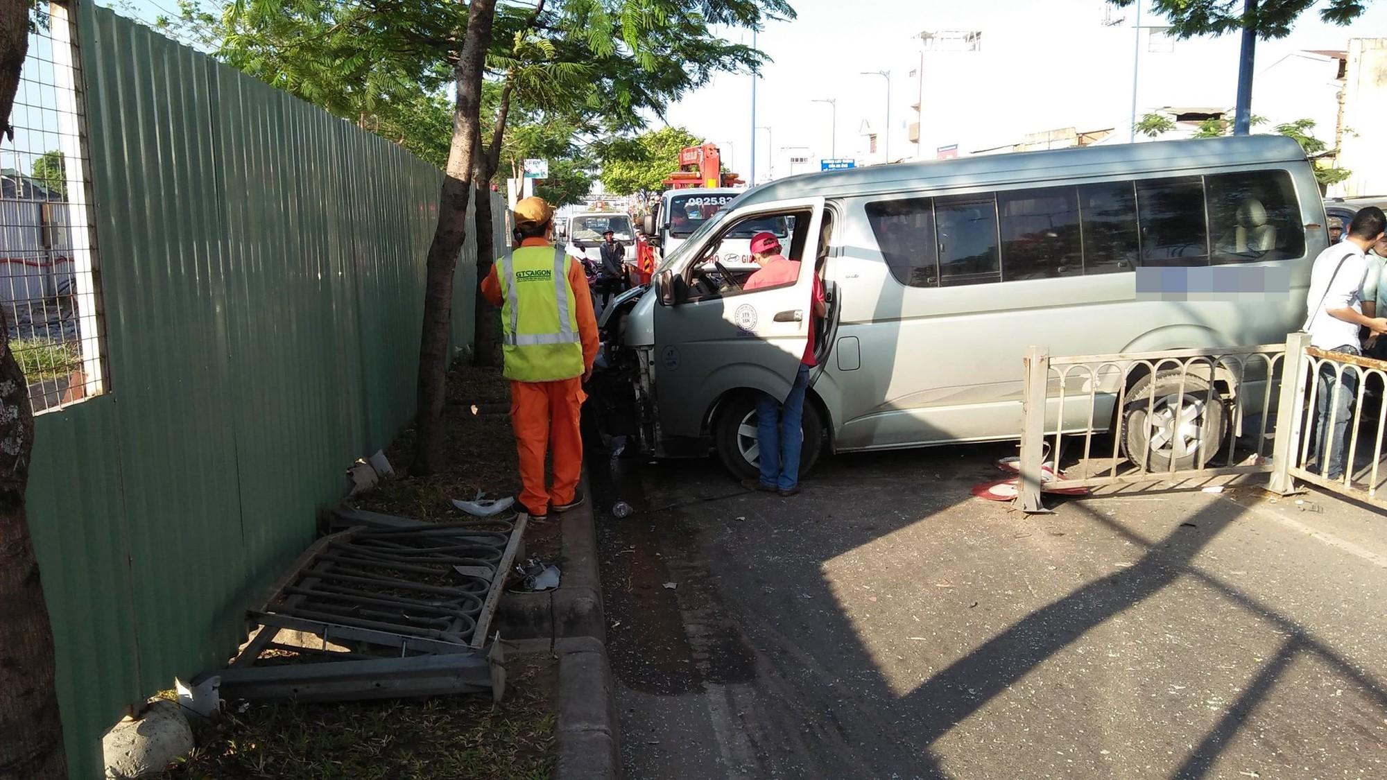 Xe khách nổ lốp trên phố Sài Gòn, nhiều người thoát chết trong gang tấc - Ảnh 1.