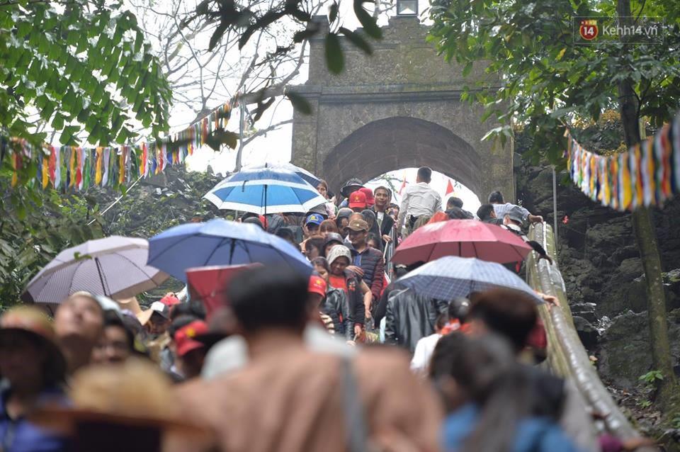 Người dân chen chân hứng nước thánh ở động Hương Tích trong ngày khai hội chùa Hương - Ảnh 13.