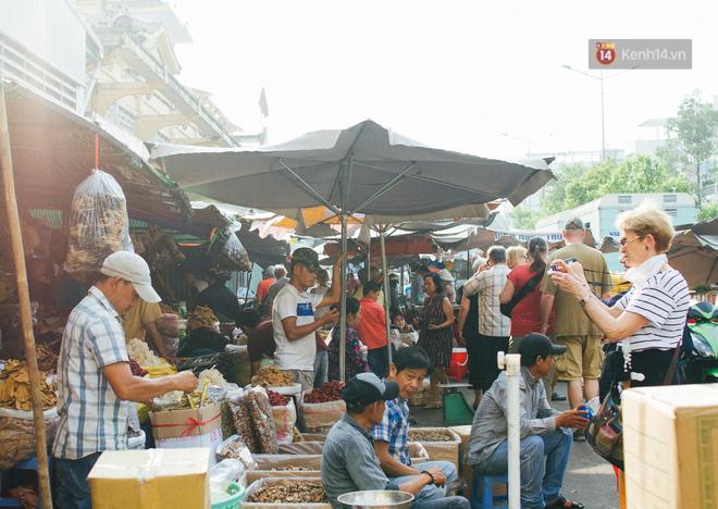 Chợ Lớn đóng cửa trùng tu, tiểu thương vật vã ở chợ tạm dưới cái nóng như chảo lửa ở Sài Gòn - Ảnh 16.