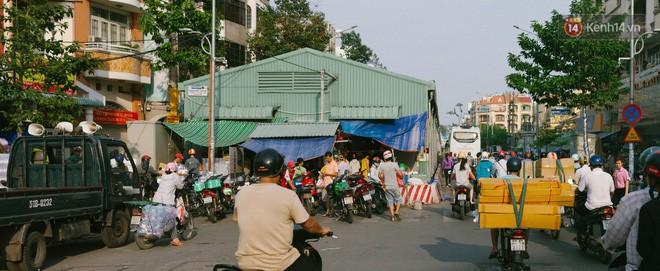 Chợ Lớn đóng cửa trùng tu, tiểu thương vật vã ở chợ tạm dưới cái nóng như chảo lửa ở Sài Gòn - Ảnh 2.