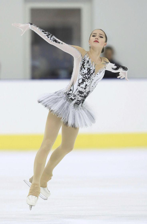 Nữ hoàng sân băng 15 tuổi người Nga phá kỷ lục thế giới tại Olympic mùa đông - Ảnh 3.