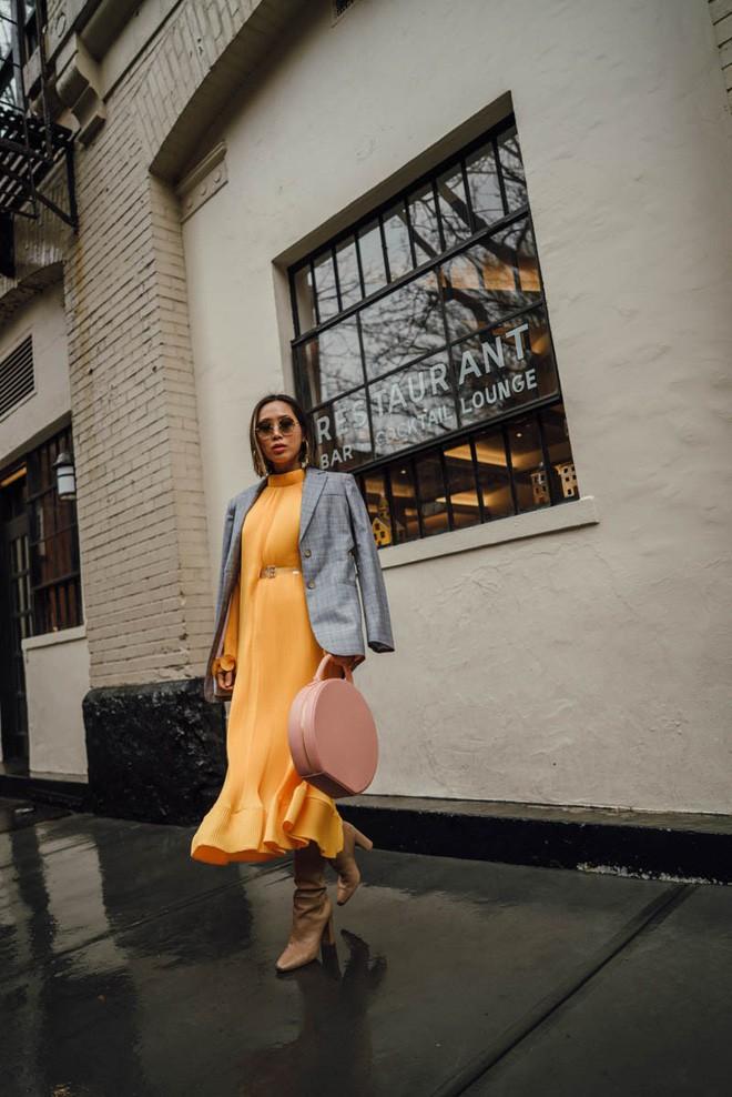 Tìm kiếm những gợi ý thú vị cho ngày đi làm đầu tiên của năm mới từ street style các quý cô châu Á - Ảnh 15.