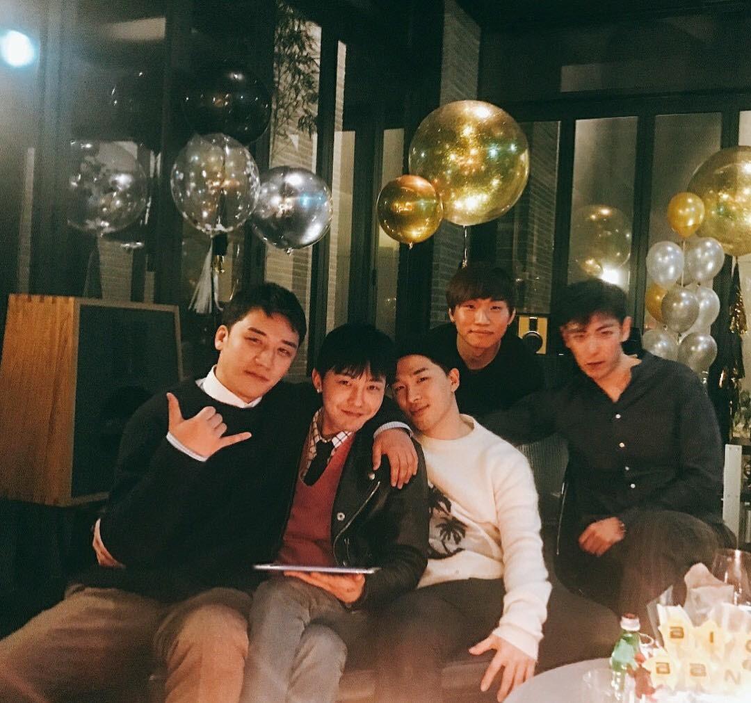 Phát khóc trước bức ảnh hiếm hoi: 5 thành viên Big Bang tụ họp như một gia đình trước ngày G-Dragon nhập ngũ - Ảnh 1.