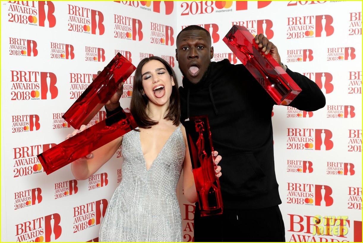 Brit Awards 2018: Hai cái tên trẻ măng đánh bật hội người già để ẵm hết giải bự - Ảnh 1.