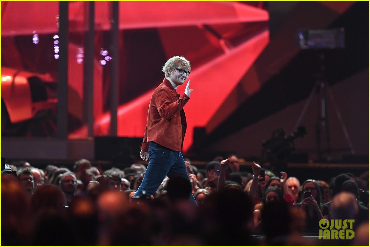 Brit Awards 2018: Hai cái tên trẻ măng đánh bật hội người già để ẵm hết giải bự - Ảnh 2.