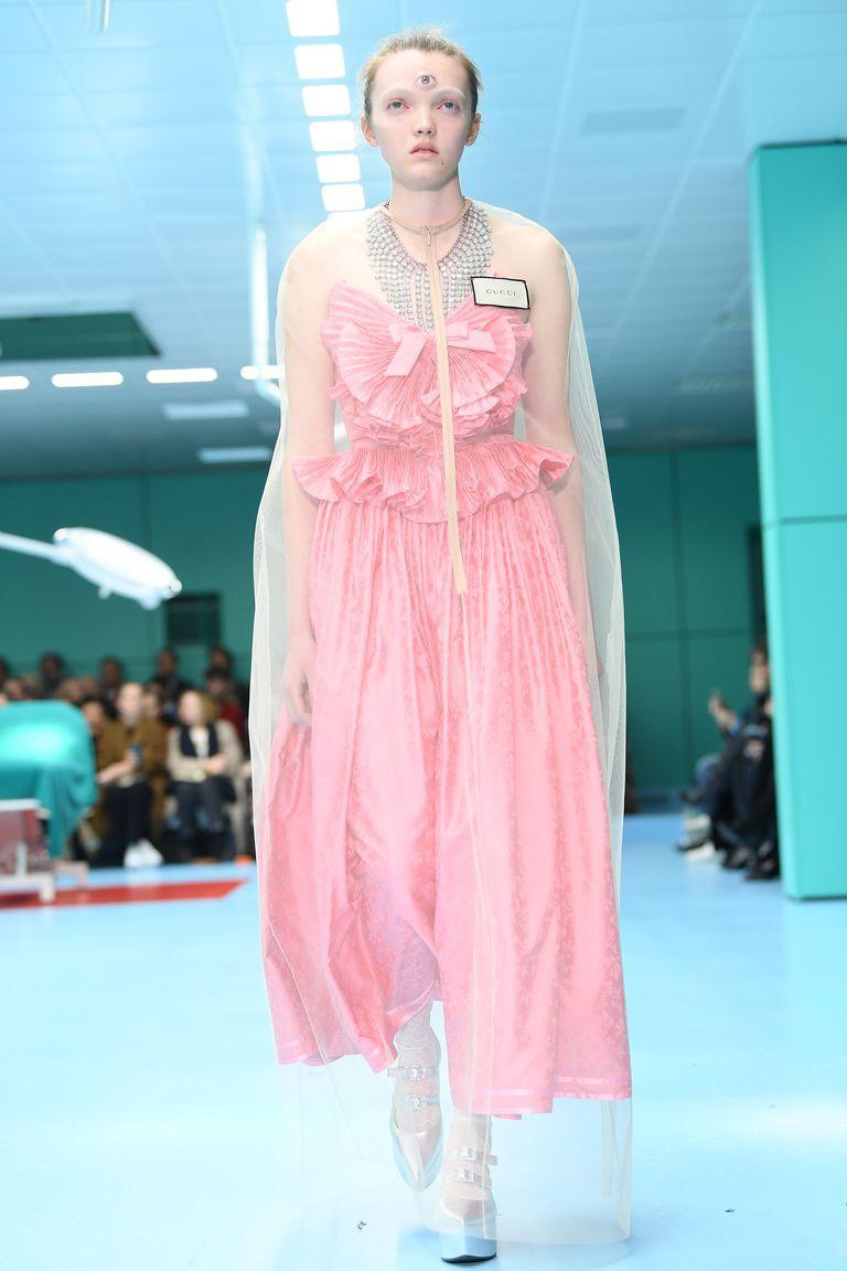 Show mới của Gucci dị quên lối về: Người mẫu ôm... thủ cấp để catwalk, kẻ lại vác nguyên con rồng - Ảnh 7.
