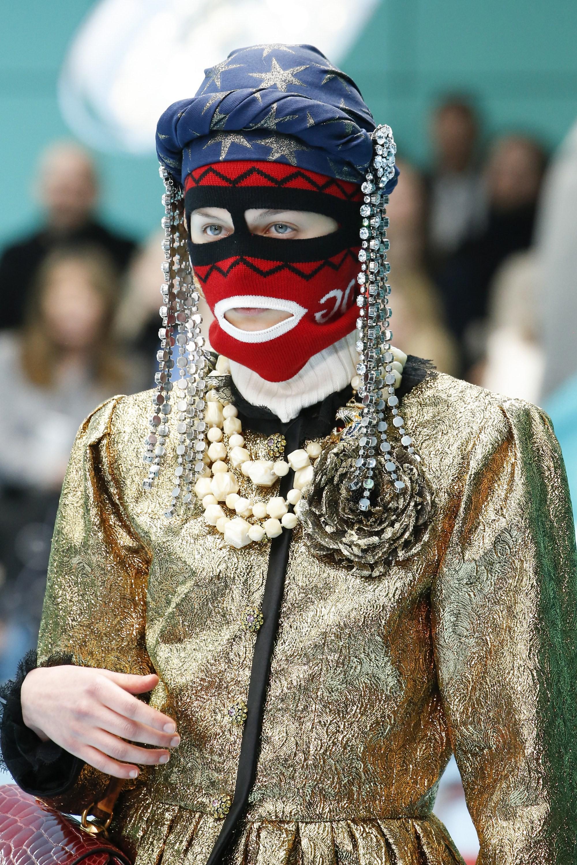 Show mới của Gucci dị quên lối về: Người mẫu ôm... thủ cấp để catwalk, kẻ lại vác nguyên con rồng - Ảnh 5.