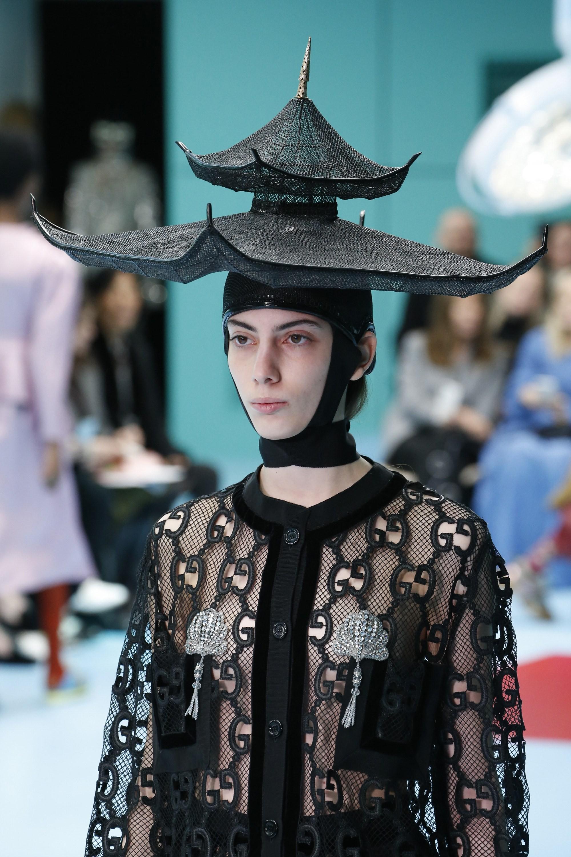 Show mới của Gucci dị quên lối về: Người mẫu ôm... thủ cấp để catwalk, kẻ lại vác nguyên con rồng - Ảnh 10.