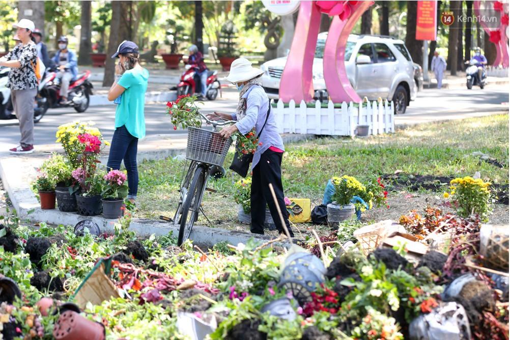 Người dân hào hứng lựa những chậu hoa tươi đem về nhà sau khi bế mạc Hội hoa xuân ở Sài Gòn - Ảnh 12.