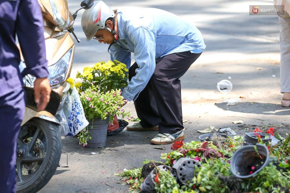 Người dân hào hứng lựa những chậu hoa tươi đem về nhà sau khi bế mạc Hội hoa xuân ở Sài Gòn - Ảnh 5.