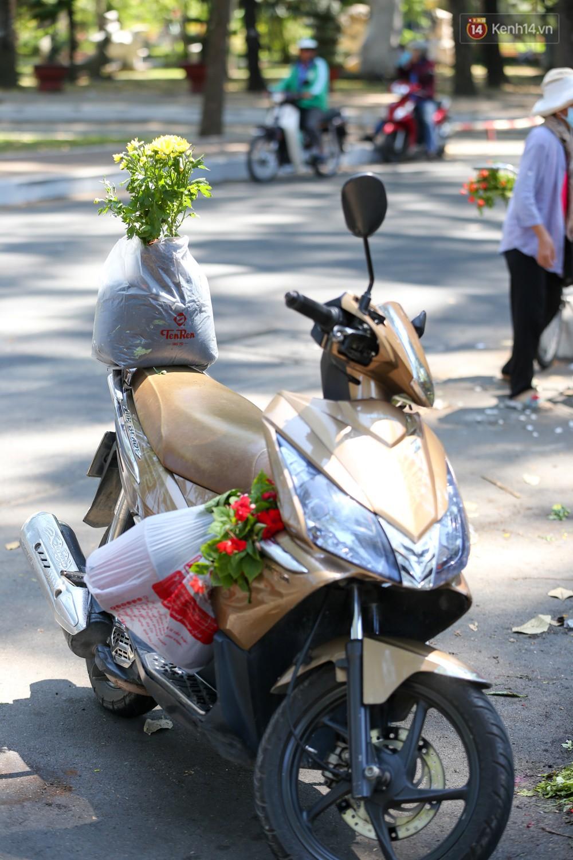 Người dân hào hứng lựa những chậu hoa tươi đem về nhà sau khi bế mạc Hội hoa xuân ở Sài Gòn - Ảnh 6.