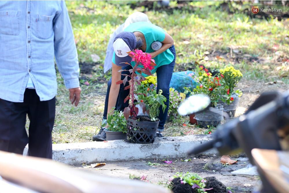 Người dân hào hứng lựa những chậu hoa tươi đem về nhà sau khi bế mạc Hội hoa xuân ở Sài Gòn - Ảnh 7.