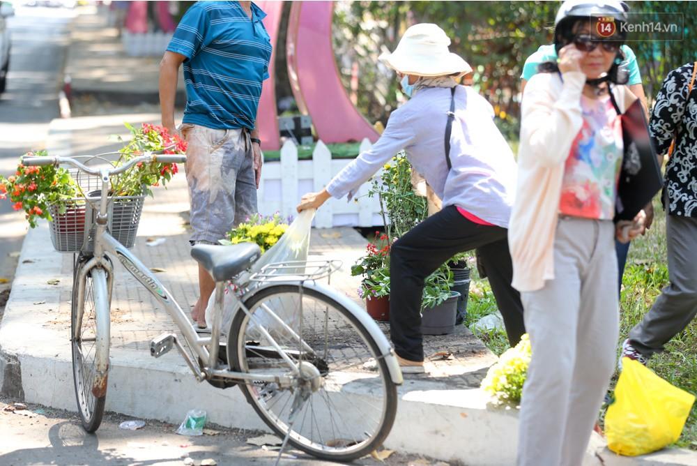 Người dân hào hứng lựa những chậu hoa tươi đem về nhà sau khi bế mạc Hội hoa xuân ở Sài Gòn - Ảnh 8.