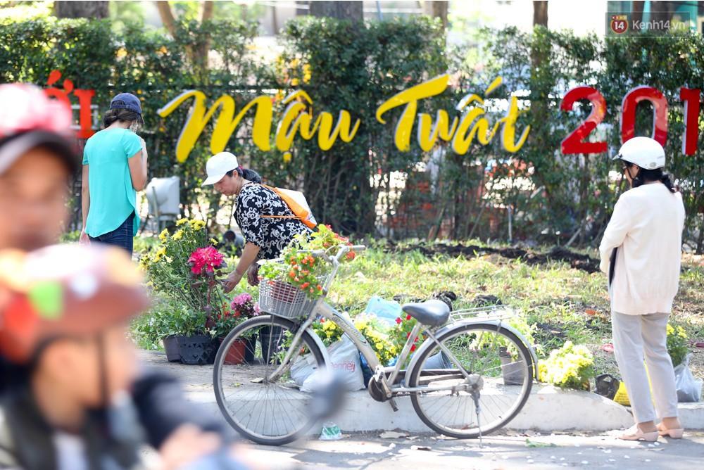 Người dân hào hứng lựa những chậu hoa tươi đem về nhà sau khi bế mạc Hội hoa xuân ở Sài Gòn - Ảnh 9.