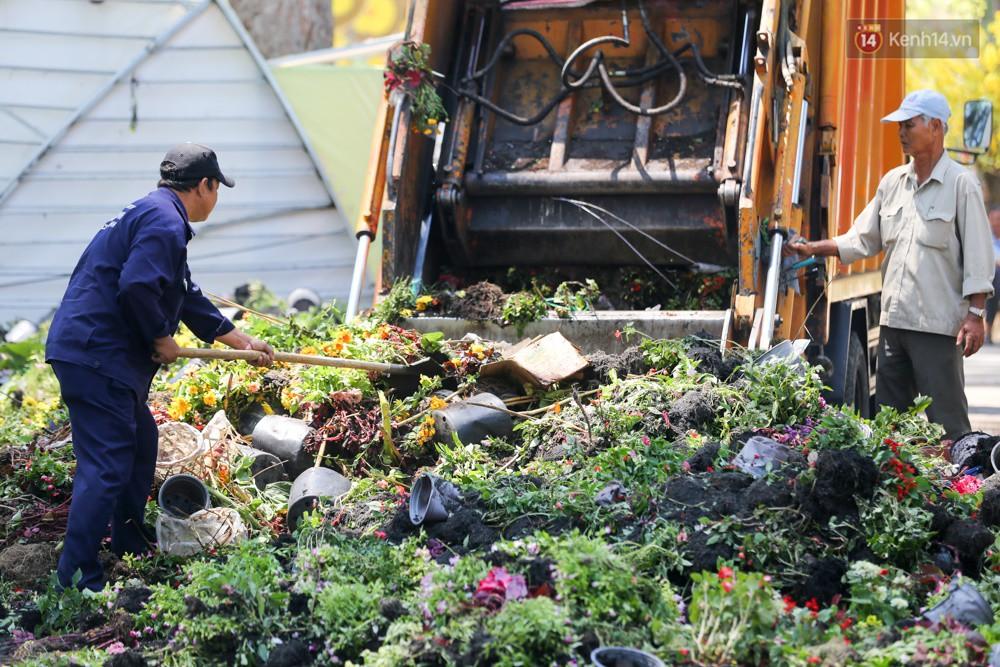 Người dân hào hứng lựa những chậu hoa tươi đem về nhà sau khi bế mạc Hội hoa xuân ở Sài Gòn - Ảnh 3.