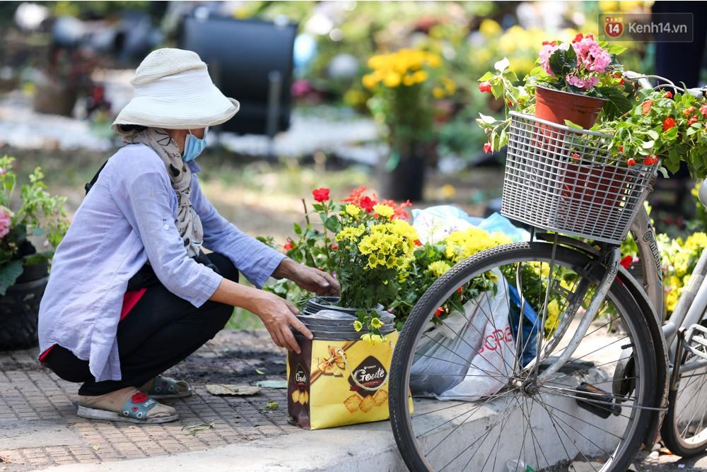 Người dân hào hứng lựa những chậu hoa tươi đem về nhà sau khi bế mạc Hội hoa xuân ở Sài Gòn - Ảnh 10.