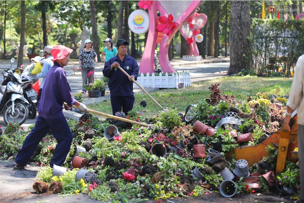 Người dân hào hứng lựa những chậu hoa tươi đem về nhà sau khi bế mạc Hội hoa xuân ở Sài Gòn - Ảnh 1.