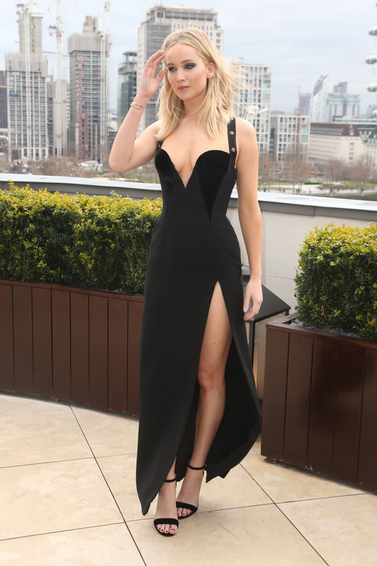 Bị chỉ trích vì mặc váy hở giữa trời 5 độ C, Jennifer Lawrence đáp trả: Phân biệt giới tính ngớ ngẩn! - Ảnh 3.