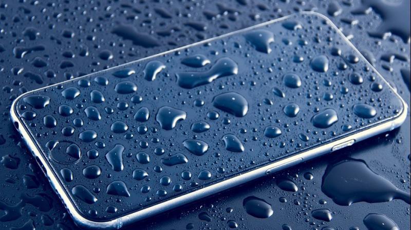 Tại sao smartphone chống nước cao cấp nhất cũng có lúc chết đuối trên cạn một cách tức tưởi? - Ảnh 1.