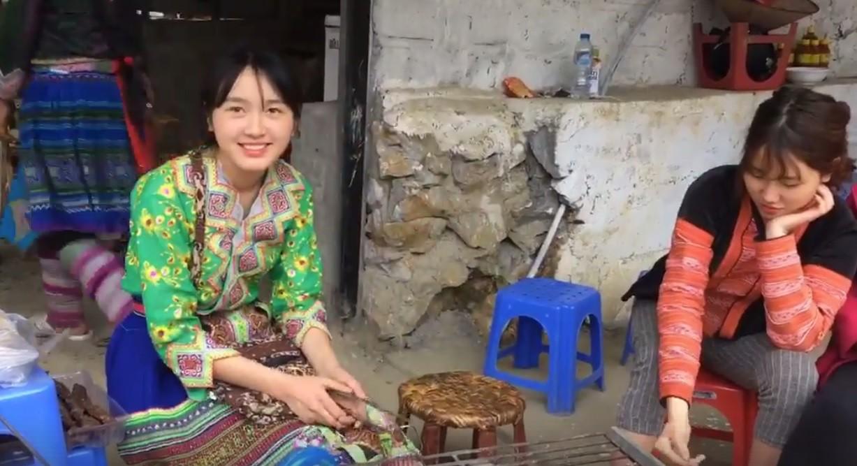 Nhan sắc đời thường của thiếu nữ bán cơm lam, trứng gà nướng xinh đẹp