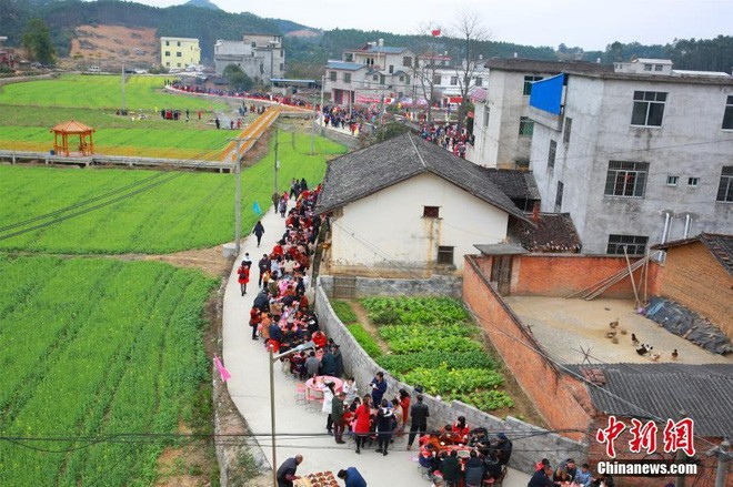 24h qua ảnh: Hàng chục nghìn ô tô xếp hàng chờ phà ở Trung Quốc - Ảnh 2.