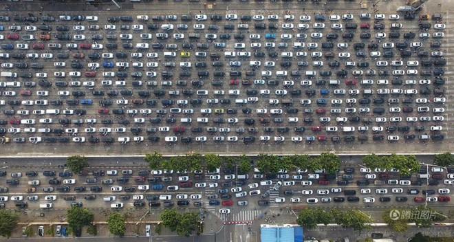 24h qua ảnh: Hàng chục nghìn ô tô xếp hàng chờ phà ở Trung Quốc - Ảnh 5.