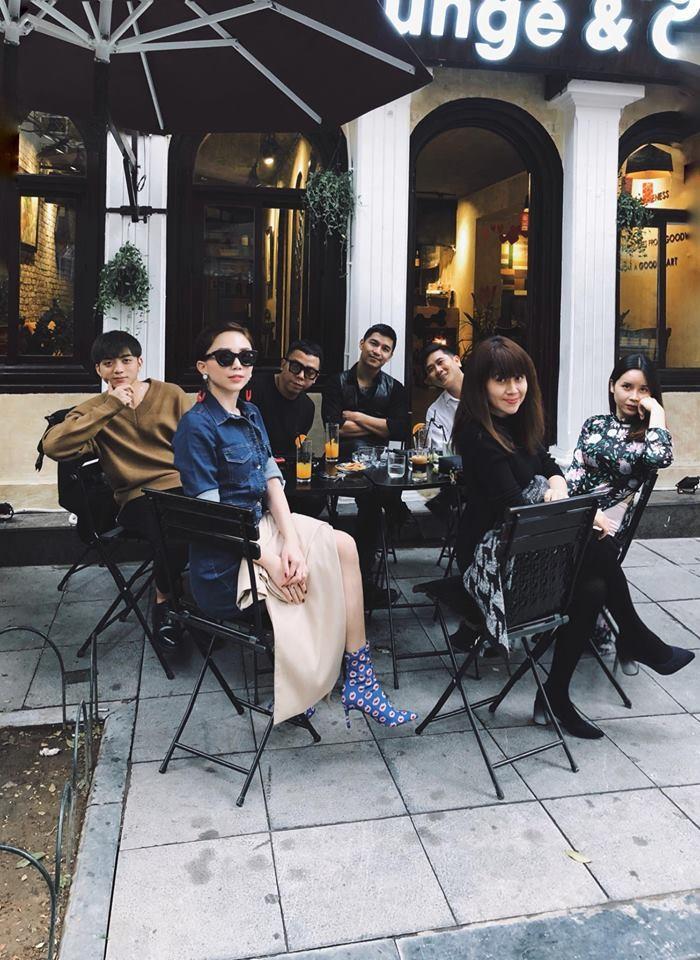 Tóc Tiên thân mật khoác tay Hoàng Touliver, vui vẻ chụp hình với gia đình bạn trai tin đồn - Ảnh 2.