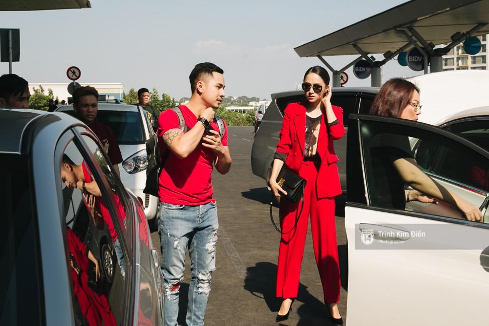 Hương Giang diện nguyên cây đồ đỏ rực, mang theo 105 kg trang phục đi chinh chiến Hoa hậu Chuyển giới Quốc tế - Ảnh 1.
