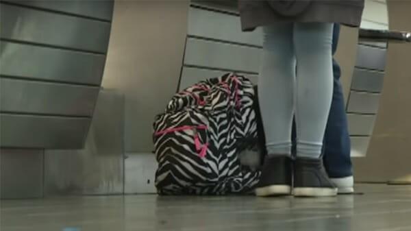 Nghi ngờ vé máy bay có vấn đề, nhân viên sân bay quyết định làm một việc giúp 2 bé gái tuổi teen thoát khỏi bọn buôn bán tình dục - Ảnh 1.