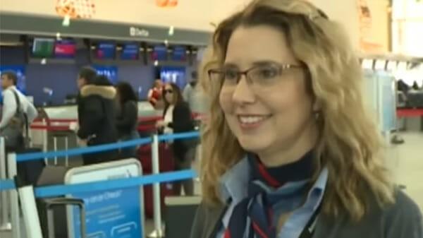 Nghi ngờ vé máy bay có vấn đề, nhân viên sân bay quyết định làm một việc giúp 2 bé gái tuổi teen thoát khỏi bọn buôn bán tình dục - Ảnh 2.