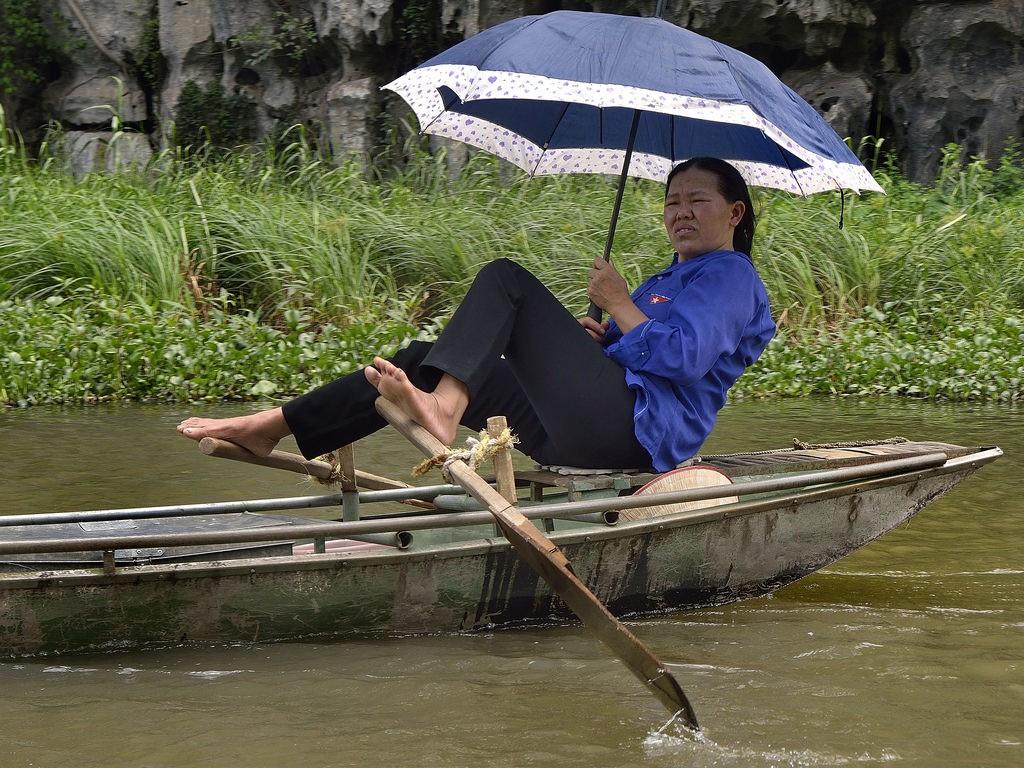 Người Lái Đò Việt Nam Vang Danh Trên Báo Nước Ngoài Với Kỹ Nghệ Chèo  Thuyền. ''