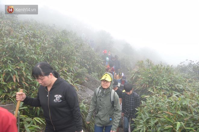 Khai hội Yên Tử, hàng trăm người leo trèo ra khỏi đám đông vì đứng chôn chân 2 tiếng ở đường lên chùa Đồng - Ảnh 12.