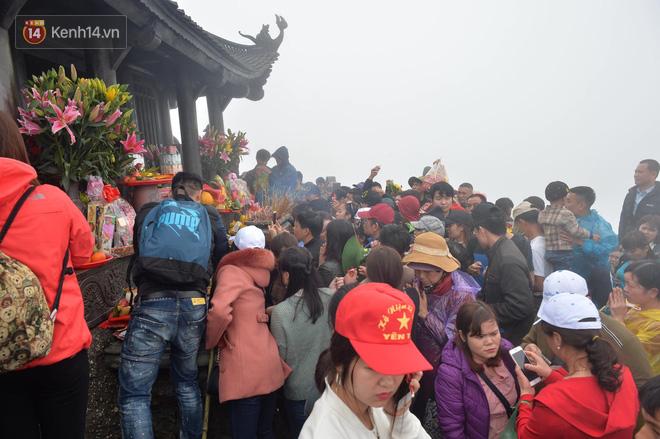 Khai hội Yên Tử, hàng trăm người leo trèo ra khỏi đám đông vì đứng chôn chân 2 tiếng ở đường lên chùa Đồng - Ảnh 14.