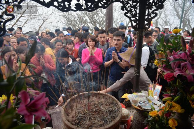 Khai hội Yên Tử, hàng trăm người leo trèo ra khỏi đám đông vì đứng chôn chân 2 tiếng ở đường lên chùa Đồng - Ảnh 13.